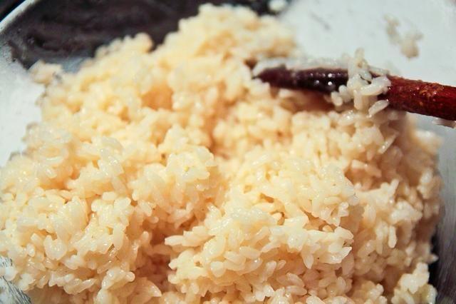 Cocinar el arroz favorito. Me gusta el arroz pegajoso japonés.