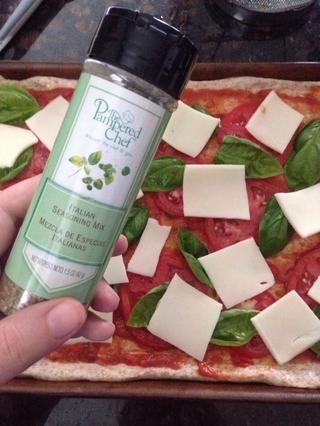 Espolvorear con un poco de condimento italiano.