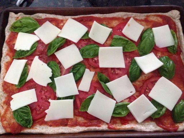 Queso mozzarella fresco colocado sobre los otros ingredientes.