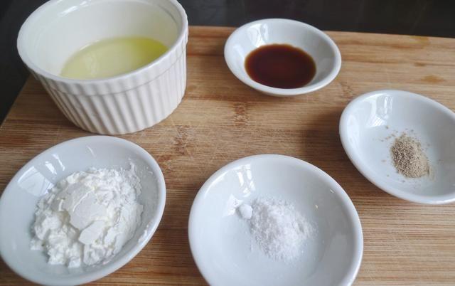 Preparar la clara de huevo, salsa de soja, sal, pimienta y la harina de maíz para marinar las costillas de cerdo.