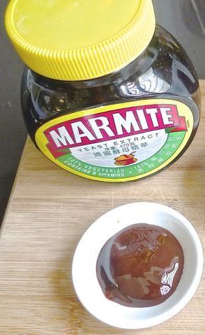 Preparar la salsa para cocinar las costillas de cerdo. El STAR para la salsa es Marmite extracto de levadura.