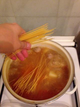 Añadir un poco de espagueti cuando patata está casi listo.