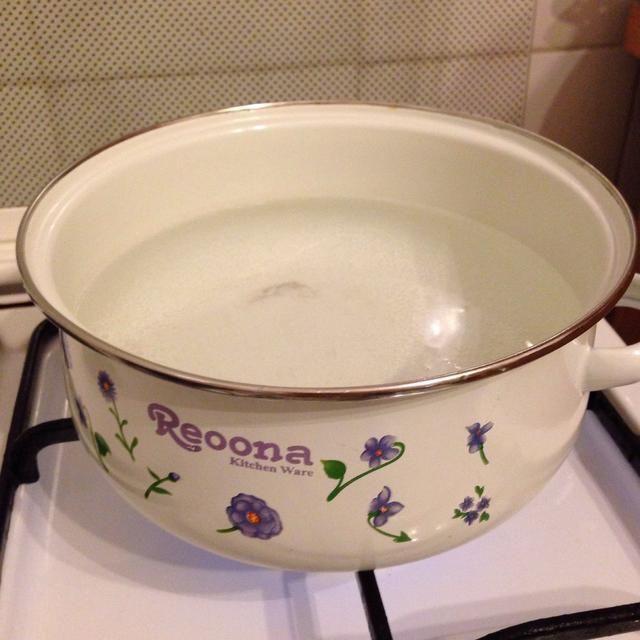 Coloque una olla con agua en la estufa y empezar a calentar hasta que hierva. Ponga sal