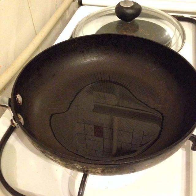 Coloque una cacerola y una cucharada de aceite, el calor