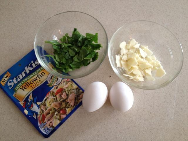 Reúne a tus huevos (2 huevos llenan ~ 5 moldes para muffins w / llenado) y