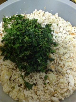 Añadir en la menta picada con pan rallado y patatas ralladas. Las papas deben hervirse en stock agua (especias pollo, hierbas mezcladas, la sal en el agua para formar valores)