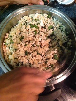 Añadir el pan (con la menta y la mezcla de papas) a la cebolla se dore, añadir sal al gusto y dejar cocer a través