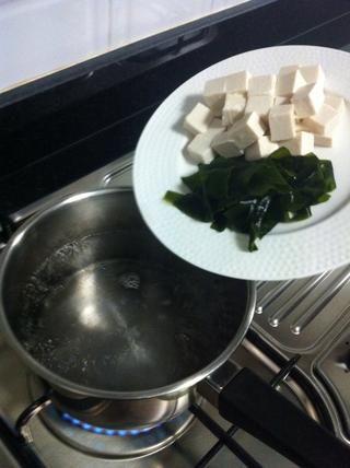 Añadir el queso de soja 150 g. y wagame algas 40 g.