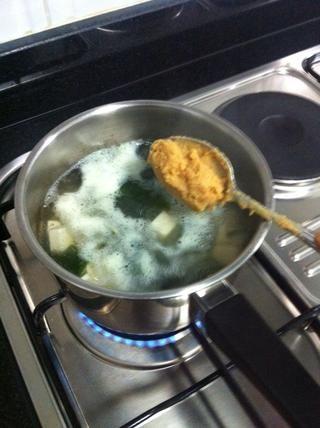 Disolver suavemente 3 cucharadas de miso 60 g.