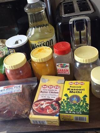 Especias: sal, azúcar, aceite, polvo de chile rojo, polvo de cúrcuma, garam masala, semillas de comino, el chile rojo seco, canela en rama, masala de pollo de mantequilla sin sal, anacardos y methi kasoori