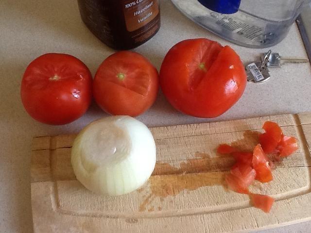 Cortar la punta superior del tomate y limpiar la cebolla