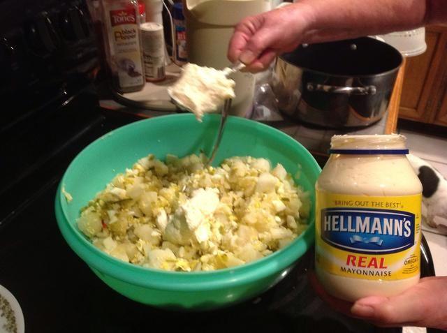 Añadir aproximadamente 1/2 taza de mayonesa a la mezcla y revuelva bien. Añadir más mayonesa si se desea o es necesario.