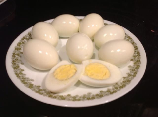 Hervir duro cocinar aproximadamente 6-8 huevos y la cáscara.