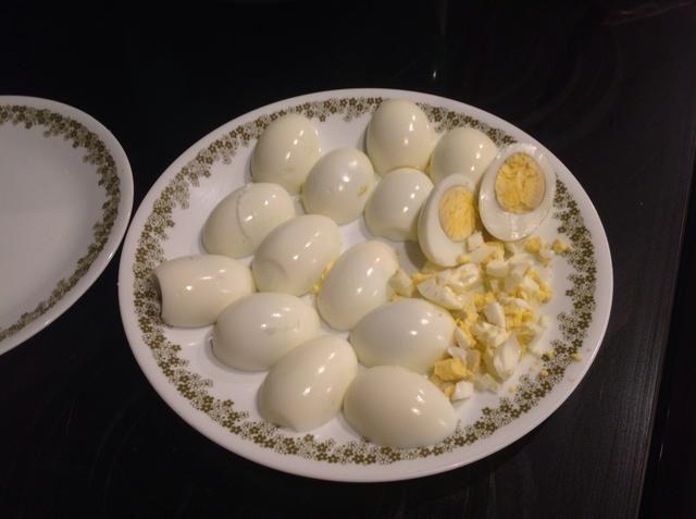 Picar los huevos duros en trozos finos.