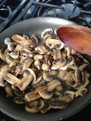 Cocine hasta que se queda sin líquido de los hongos.
