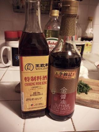 Añadir en minúscula poco de vino de cocina china y salsa de soja. Don't let them overshadow the natural flavor of mushroom.