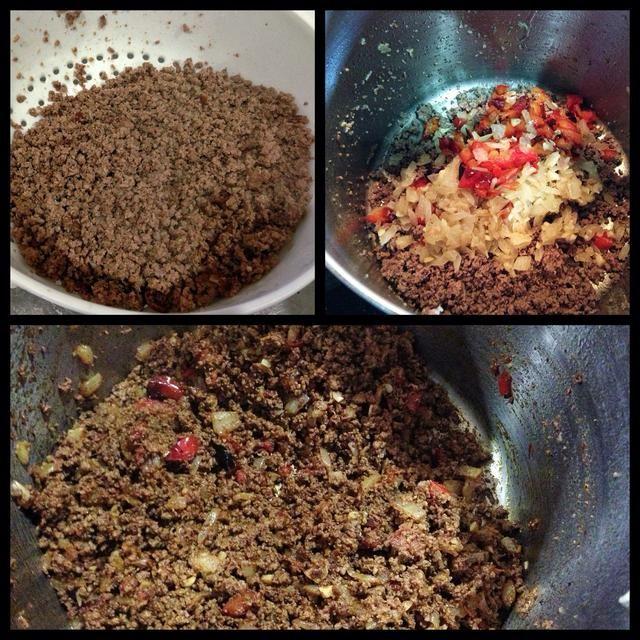 Añadir 2 cucharadas de aceite a la olla y cocine misma carne molida hasta que se dore. Escurrir la grasa, volver a la olla y agregar la pimienta y la cebolla de nuevo.