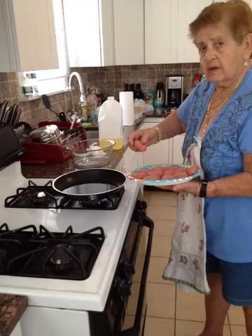 Albóndigas de cocinero en aceite calentado don't let the meatballs touch each other in the pan