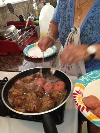 Ponga suficiente aceite en el principio para cocinar todas las albóndigas