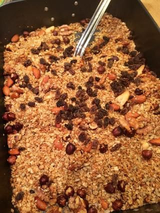 Añadir las pasas o arándanos o albaricoques secos picados o incluso chispas de chocolate, si lo deseas!