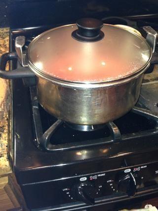 Cocine a fuego lento a fuego medio-bajo durante 25 minutos, cubierto. Durante los últimos 10 minutos descubrir parcialmente la olla para que espese.