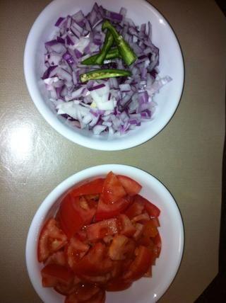 Las cebollas y los tomates en cantidades iguales