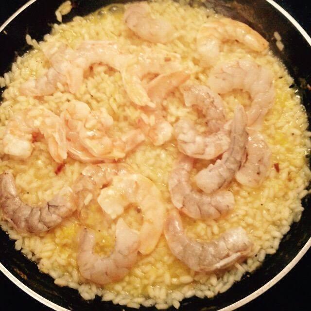 Pocos minutos antes de realizar el arroz, añadir las gambas peladas crudas a la misma.