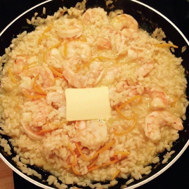 Cuando el arroz esté cocido apagar el fuego y añadir la mantequilla