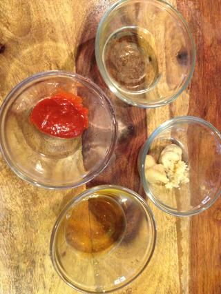 Mida la miel, el vinagre, el jengibre, la mostaza de Dijon, sriracha y ajo