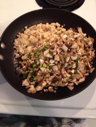 Coloque el pollo, champiñones y cebollas en una sartén grande a fuego medio hasta que los champiñones y cebollas comiencen a ablandarse.