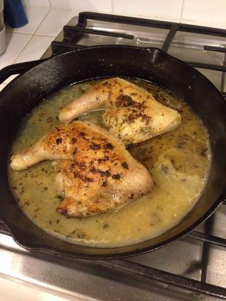 Una vez que estén doradas por ambos lados, agregue la mezcla líquida de jugo de limón, la ralladura y el caldo a la sartén. Coloque en el horno durante unos 25-30 minutos, o hasta que la temperatura interna alcance los 175 grados.