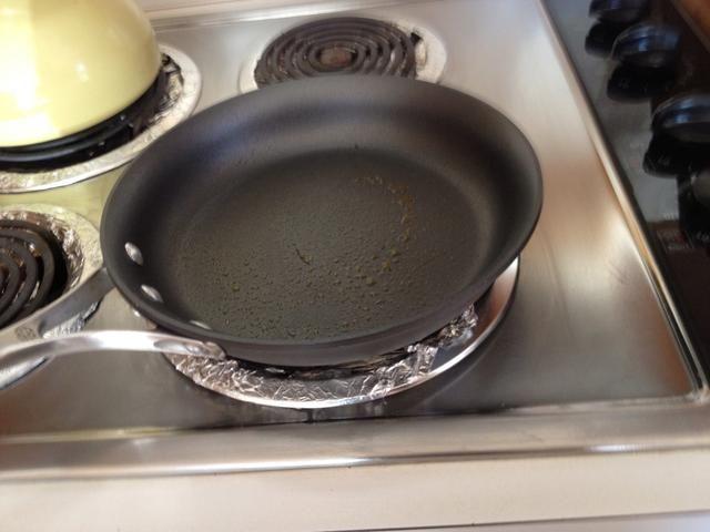 Ponga la estufa a fuego medio y la capa de su plancha o sartén con mantequilla