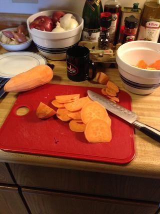 Después de que las batatas se suavizan, cortado en rebanadas de 1/8 pulgada