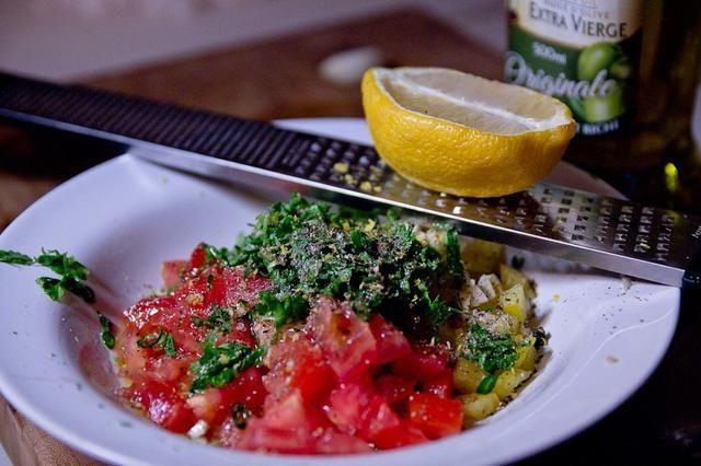 Cortar los tomates y pimientos. Picar los ajos y chiles. Chiffonade el cilantro y mezcle todo junto con el aceite de oliva y limón. Sazonar con sal una pimienta y reservar.
