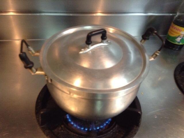 Después de agitar, tape la olla y continúe cocinando durante 20 minutos para que se mezcla juntos.