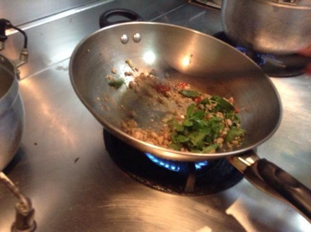 Por último, poner en las hojas de albahaca. Revuelva hasta que todo se cocina la albahaca.