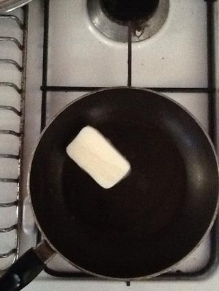 Derretir la mantequilla.