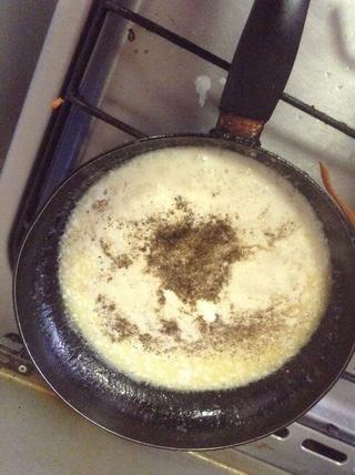 Agregar la pimienta negro y sal al gusto, poner a hervir cuando cremosa vierta la mezcla de puré de patatas