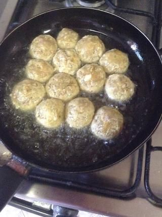 Freír las albóndigas en 1 taza de aceite hasta que se doren