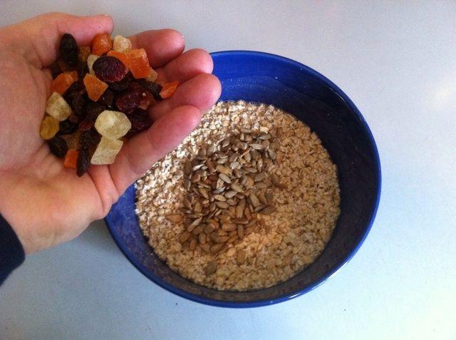 Añadir un puñado de frutos secos medley (piña, papaya, arándanos).