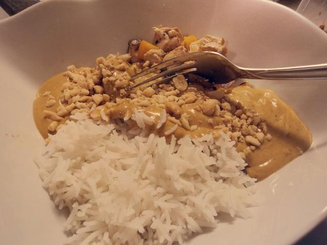 Servir el arroz y mezcla de pollo en un recipiente cubierto con un poco de salsa de curry de maní. Espolvorear sobre algunos cacahuetes y usted're good to go!