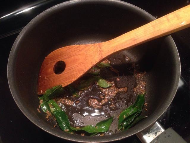 Caliente el aceite en una sartén, a continuación, poner un poco de semillas de comino y mostaza en el aceite. Después de 30 segundos añadir algunas hojas de curry (15-20). Tiempo para 3tsp de pasta de ajo y 2tsp de pasta de jengibre. Cocine por un minuto.