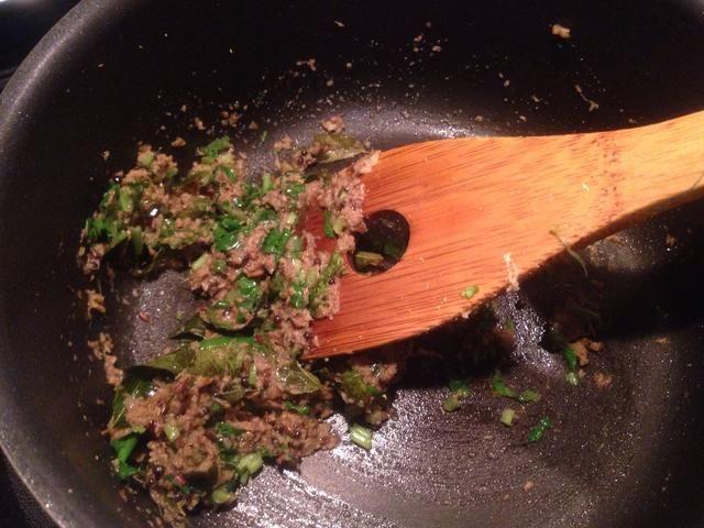 Espolvorear comino en polvo 3tsp, cilantro en polvo 2tsp, polvo de cúrcuma 1 cucharadita y 1/2 raja chilli.Pour verde en un poco de agua por lo que las especias don't burn. Mix and fry all the spices till the oil separates.