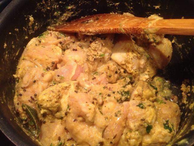 Espolvorear con 1/3 taza de cilantro fresco picado, cocine por un minuto antes de pila en el pollo marinado en el spices.Mix frito y revuelva el pollo de forma continua durante 10 minutos a fuego alto-med.