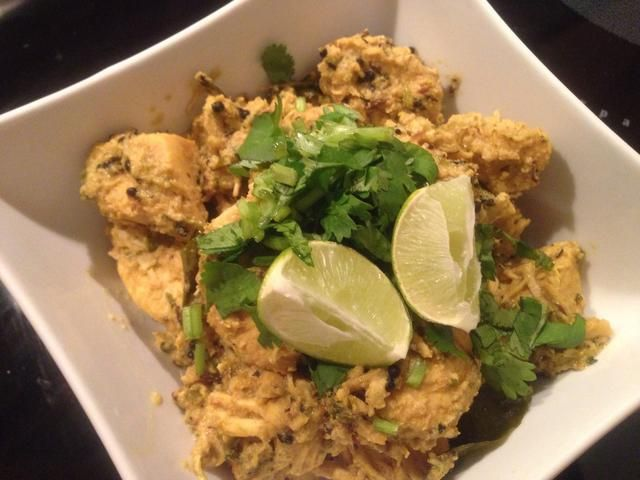 Asegúrese de que usted revuelve el pollo continuamente mientras que's on high heat. Add 1-2 tsp of coarsely crushed black pepper 2-3 before you take the chicken off heat. Garnish with some cilantro and lemon slices.