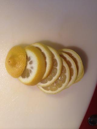 Cortar el limón en rodajas finas.