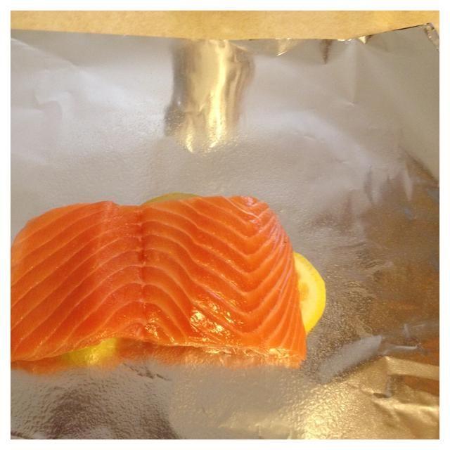 Coloque filete de salmón en los limones.