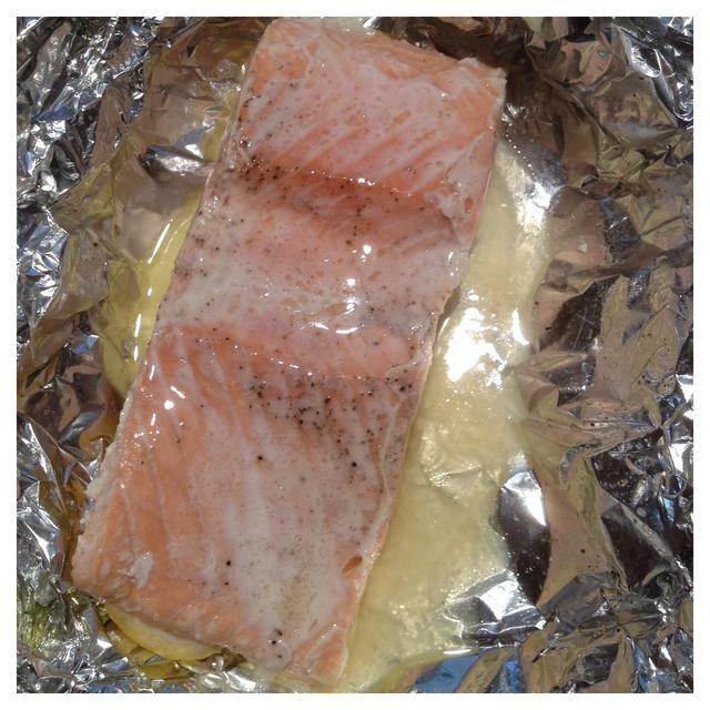 Abra los paquetes y servir sobre las rodajas de limón. También muy bueno con picante salsa de crema de limón.