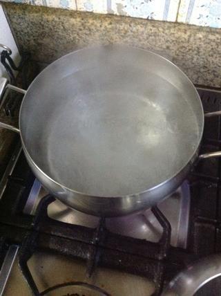 Después de 24 horas, hervir el agua suficiente para cubrir las patatas. No mida la cantidad de agua sin embargo. Usé 3 litros (3 cuartos de galón o 12 tazas) de agua y añadí 3 cucharadas de vinagre blanco a la misma