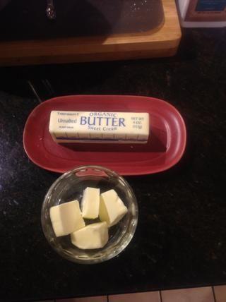 Derretir la mantequilla en un plato pequeño para microondas durante unos 30 segundos si el frío, de 15 a 20 segundos si la temperatura ambiente.